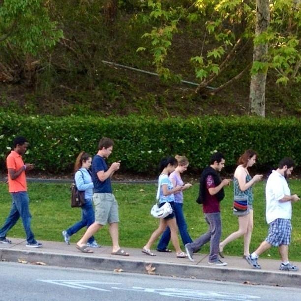 Galerie FOTO: Trist, viaţa noastră se învârte în jurul telefoanelor mobile! Imaginile care arată până unde s-a ajuns