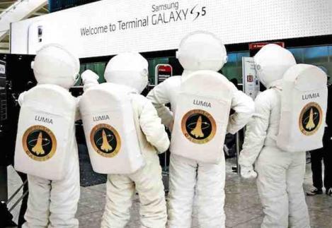 Microsoft ironizează terminalul Galaxy S5 din aeroportul Heathrow