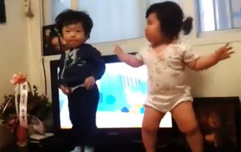 VIDEO: Cei mai TARI bebeluşi! Vezi dansul ce a strâns peste 13 milioane de vizualizări