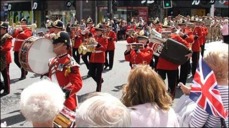 Peste o mie de soldaţi ai casei regale au defilat în cadrul paradei de Ziua Reginei