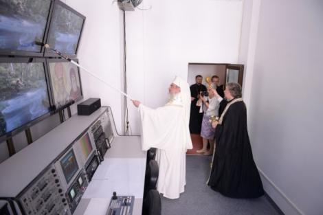 Imaginile zilei! Patriarhul Daniel a sfinţit un studio de televiziune cu trafaletul