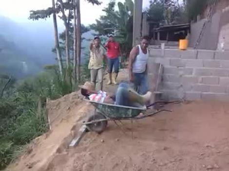 VIDEO: Cum se fac GLUME în Brazilia! Şi-au aruncat prietenul în PRĂPASTIE şi au râs copios