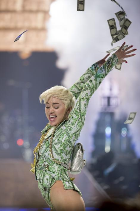 Miley Cyrus a fost jefuită: Vedeta a rămas fără bijuterii şi o maşină de lux