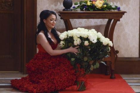 """Andreea Mantea, surprinsă cu un buchet de peste 100 de trandafiri albi: """"Nu l-am putut ţine în braţe, la propriu!"""""""