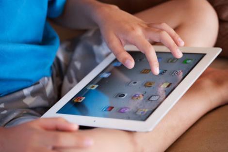 Ai da orice ca să nu fii în locul lui: Un băiat este alergic la iPad!