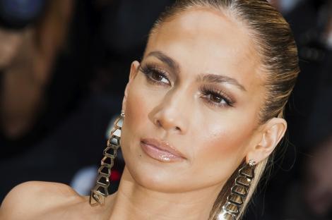 Jennifer Lopez nu are complexe! Vedeta a pozat NEMACHIATĂ!