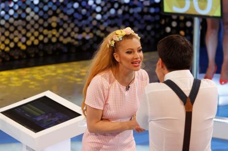 """""""Te pui cu blondele?"""": Lora a fugit de acasă pentru a-şi începe cariera muzicală în Bucureşti"""