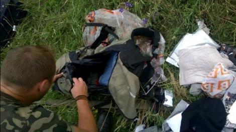 O imagine ȘOCANTĂ face înconjurul lumii! Un separatist RUS FURĂ un inel de pe degetul unei victime a avionului groazei