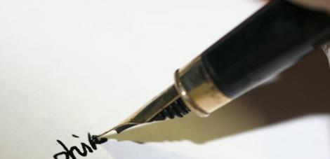 Mister: Medicii i-au găsit un stilou în stomac, dar ea susţine că nu l-a înghiţit!