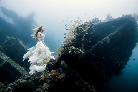 Galerie FOTO! Şedinţă foto în rochii diafane, la 25 de metri sub apă