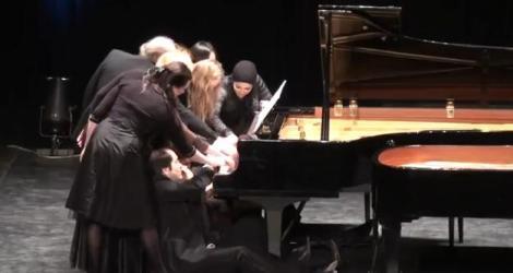 Este UIMITOR! 12 artişti cântă la un pian, în acelaşi timp