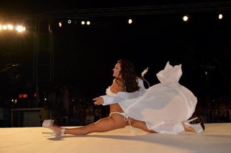 Galerie FOTO! Spectacol EROTIC oferit de o dansatoare, pe Carul Alegoric din Mamaia