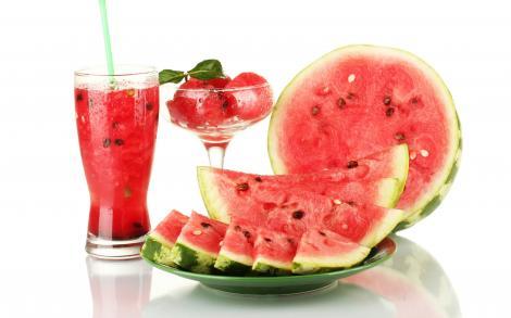 Sănătos, delicios şi... util! Sucul de pepene, un remediu pentru tratarea mahmurelii