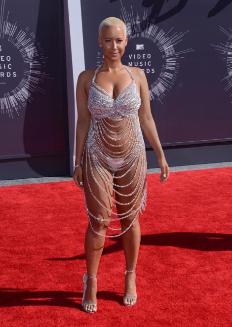 """Au lăsat TOTUL la vedere! Cele mai """"transparente"""" apariții de pe covorul roșu de la VMA"""