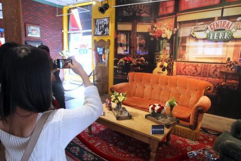 """Galerie FOTO! Cafeneaua din """"Friends"""" s-a deschis în realitate, la 20 de ani de la debutul serialului!"""
