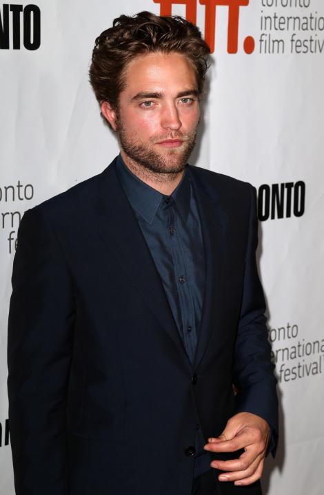 Robert Pattinson e îndrăgostit din nou! Aşa arată femeia care l-a cucerit