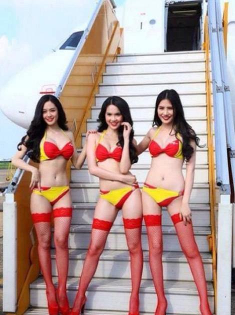 Galerie FOTO! Ai zbura cu ele pănă pe Lună: Cele mai sexy stewardese au pozat provocator într-un avion!