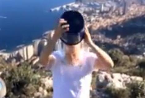 A acceptat provocarea! Prinţul Albert de Monaco şi-a turnat o găleata cu apă în cap