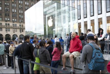 Pasiune dusă la extrem! Fanii Apple și-au instalat corturile în fața magazinului din New York, în așteptarea noului iPhone