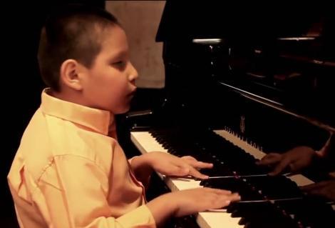 Merită toate aplauzele din lume! Deşi E ORB, un copil de nouă ani e MAESTRU al jazz-ului