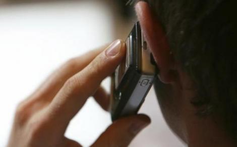 """Telefonul mobil crește riscul de cancer! """"Creierul e copt ca la microunde"""""""