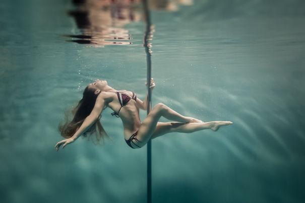 Dansatoare la bară care sfidează gravitația! Imaginile sunt incredibile! Uite cum dansează aceste frumuseți sub apă!