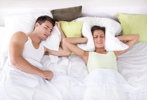 De ce sforăi noaptea? Specialiştii te învaţă cum să scapi de această problemă