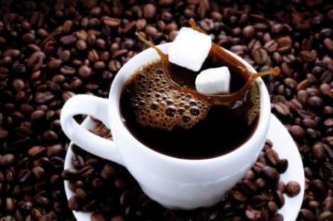 O să ceri un cub de zahăr mai puțin după ce citești asta: Culoarea ceștilor influențează GUSTUL cafelei