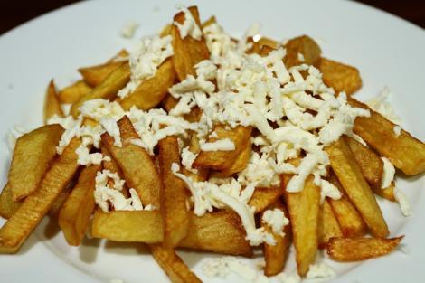 Ce se întâmplă în organismul tău când mănânci cartofi prăjiţi cu brânză! Un pericol uriaş la care ne expunem fără să ştim