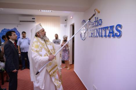 Scandal fără precedent! Un episcop ortodox, fotografiat în timp ce sfinţeşte rachete de război! Imaginile care au stârnit controverse pe internet!