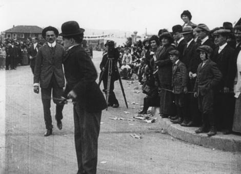 """GALERIE FOTO. Povestea """"Vagabondului"""" lui Charlie Chaplin. Cel mai iubit personaj din istorie a apărut dintr-o greșeală"""