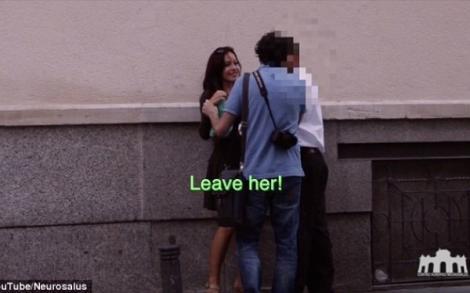 VIDEO: A ieșit pe stradă îmbrăcată într-o rochie mult prea sexy și s-a prefăcut beată-turtă! Reacțiile bărbaților din jur, de neimaginat!