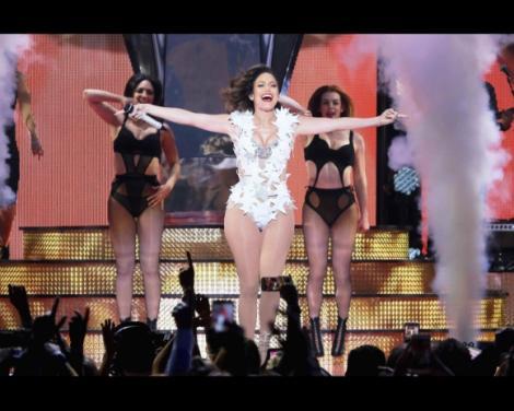 FOTO: N-a avut niciun pic de ruşine! Jennifer Lopez, apariţie de infarct! Şi-a arătat posteriorul apetisant pe scenă, iar fanii au fost în delir