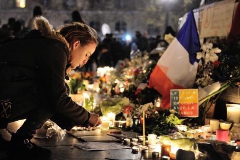 Moment emoționant în memoria victimelor din Paris. Metropolitan Opera din New York și-a încheiat spectacolul intonând imnul Franței