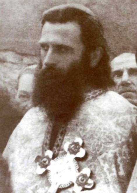 """Sute de credincioși îl comemorează pe părintele Arsenie Boca! Ce se întâmplă la statuia """"Sfântului Ardealului"""", într-un sat din Vâlcea"""
