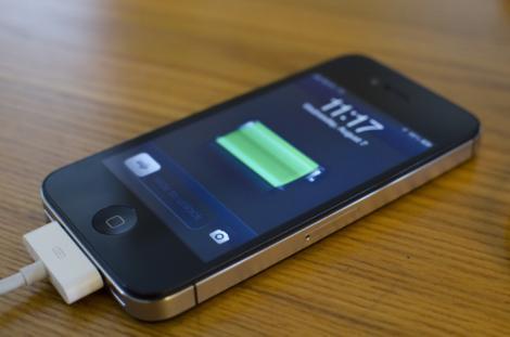 Şi tu faci asta? Află ce se întâmplă dacă îţi laşi telefonul la încărcat prea mult sau îl foloseşti când e băgat în priză