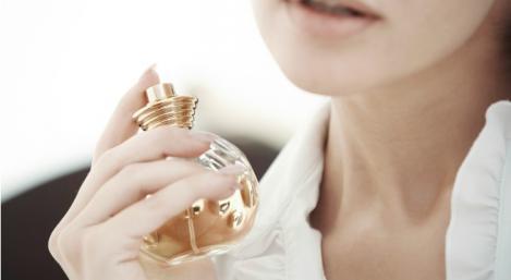 Unde să te dai cu parfum ca să reziste cât mai mult timp! Trucul este folosit de vedete!
