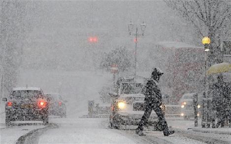 Iarna îşi face simţită prezenţa! Începând se astăzi va ninge în Bucureşti şi în alte zone ale ţării
