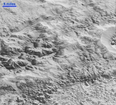 FOTO: Primele imagini detaliate cu formele de relief de pe Pluto: Câmpii înghețate, cratere și munți apar în fotografiile publicate de NASA