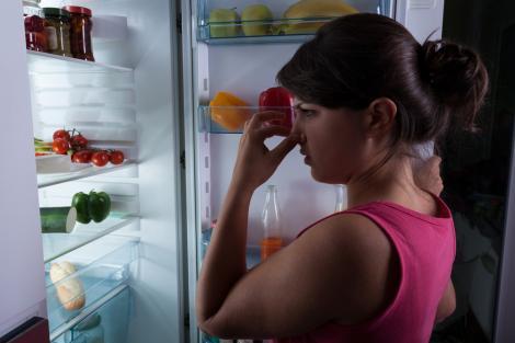 Cum să elimini mirosurile urâte din frigiderul tău? Învaţă să faci o soluţie simplă şi eficientă