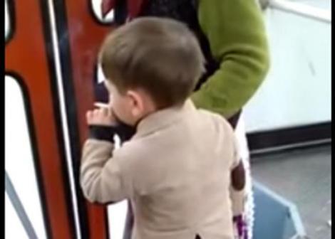 VIDEO ȘOCANT! Copil de doar PATRU ANI tragand cu sete dintr-o TIGARA, in AUTOBUZ