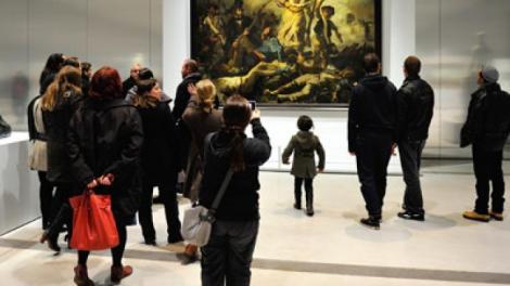 Vizitatorii muzeului au rămas interziși când au văzut-o! Uite ce a apărut brusc pe holuri! Și-au pus mâinile la ochi!