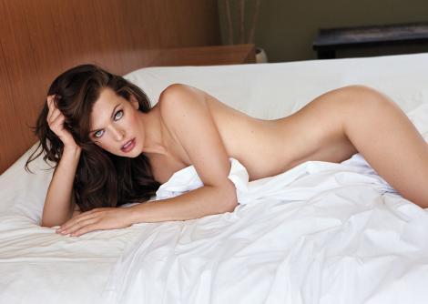 """Doamne, vrem să stăm la """"Milla"""" ei! Superba Jovovich, pictorial fierbinte între aşternuturi! Imagini de admirat minute în şir"""