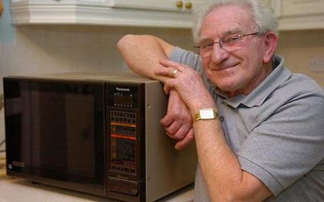 """Un pensionar a vrut să încălzească ceva la cuptorul cu microunde, dar era să facă INFARCT când a văzut ce era înăuntru! """"Am încremenit când l-am văzut"""""""