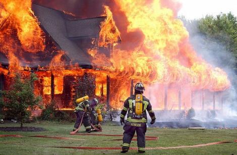 """""""Ajutor, FOC!"""" Pompierii au intrat în casa cuprinsă de incendiu, dar au rămas ȘOCAȚI când au văzut cine striga! Nu erau oameni!"""
