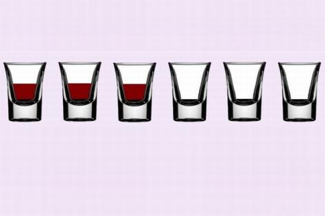 TEST GENIAL: Mută lichidul dintr-un singur pahar în altul pentru a obţine varianta: unul plin, unul gol! Deşi pare simplu, multe persoane greşesc