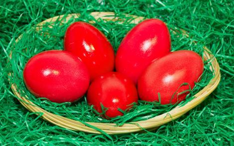 Cum să vopsești ouăle de Înălțare cu un singur ALIMENT din bucătărie! Nu are chimicale, e foarte sănătos şi ieftin