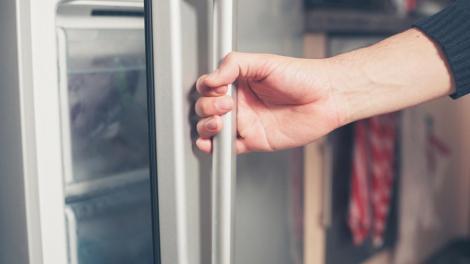 N-o să ghicești niciodată ce au găsit polițiștii în frigiderul acestui bărbat! Și erau 1000 de bucăți!