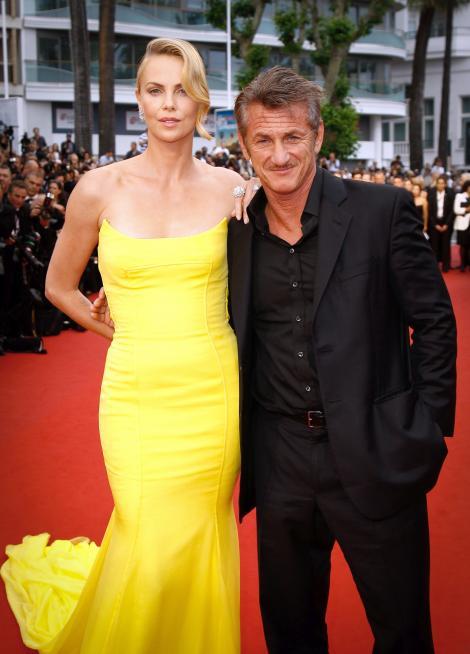 """Toţi aşteptau nunta lor, însă Charlize Theron şi Sean Penn şi-au spus """"adio""""! Decizia a luat prin surprindere pe toată lumea"""