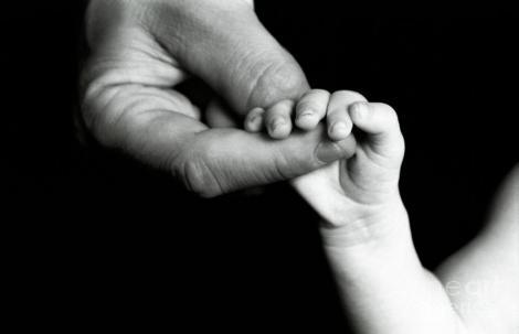 Un bebeluș s-a născut deja bătrân, iar părinții l-au abandonat! Uite cum arată cel mic, din cauza unei boli rare!